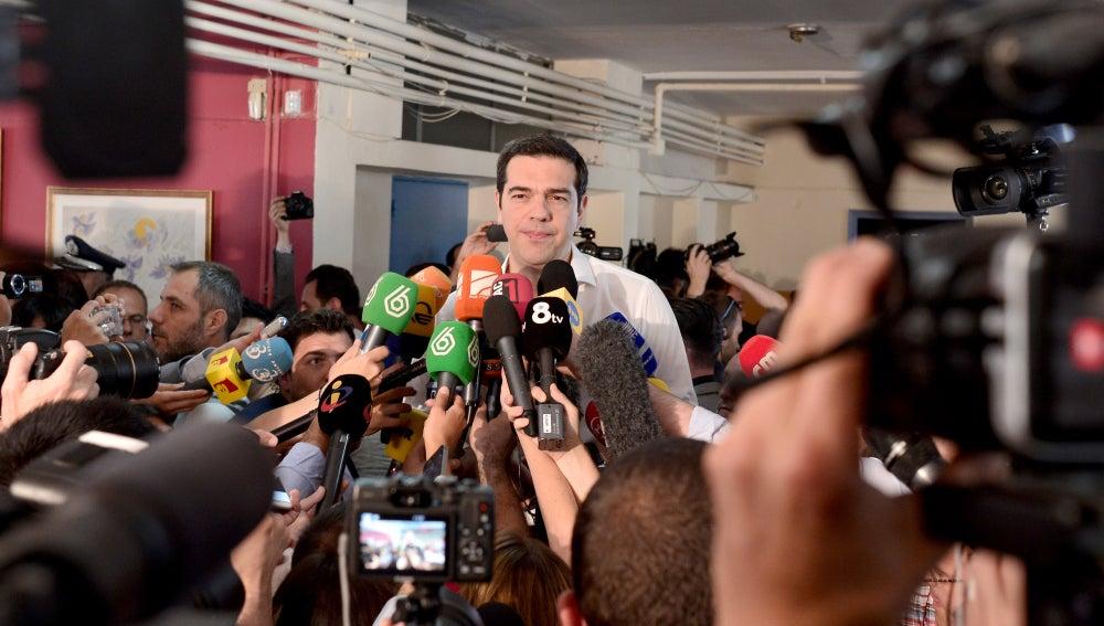 Alexis Tsipras, rodeado de medios de comunicación