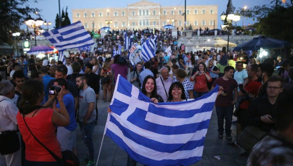 Griegos festejan la victoria del 'no'