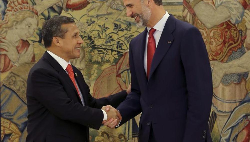 Felipe VI saluda a Ollanta Humala