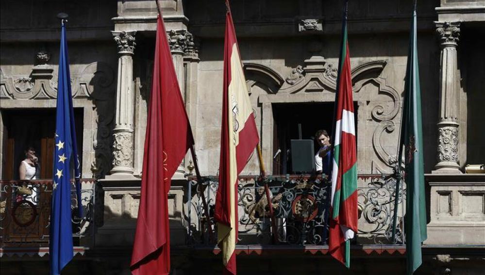 La ikurriña ondea por primera en el Ayuntamiento de Pamplona.
