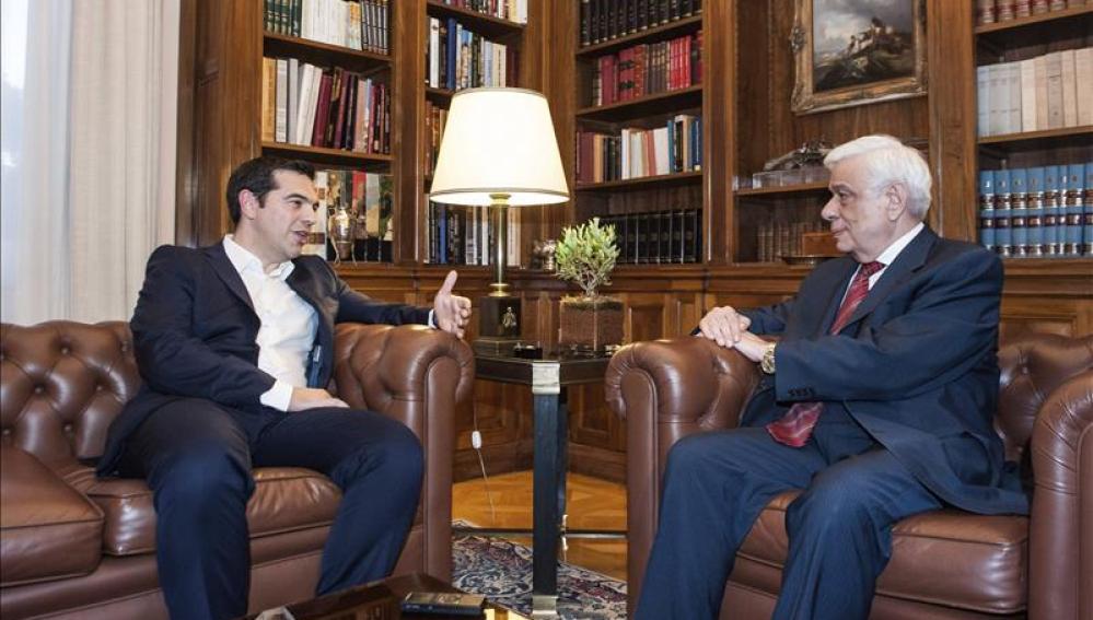 Tsipras mantiene reuniones con el presidente y la oposición sobre las negociaciones