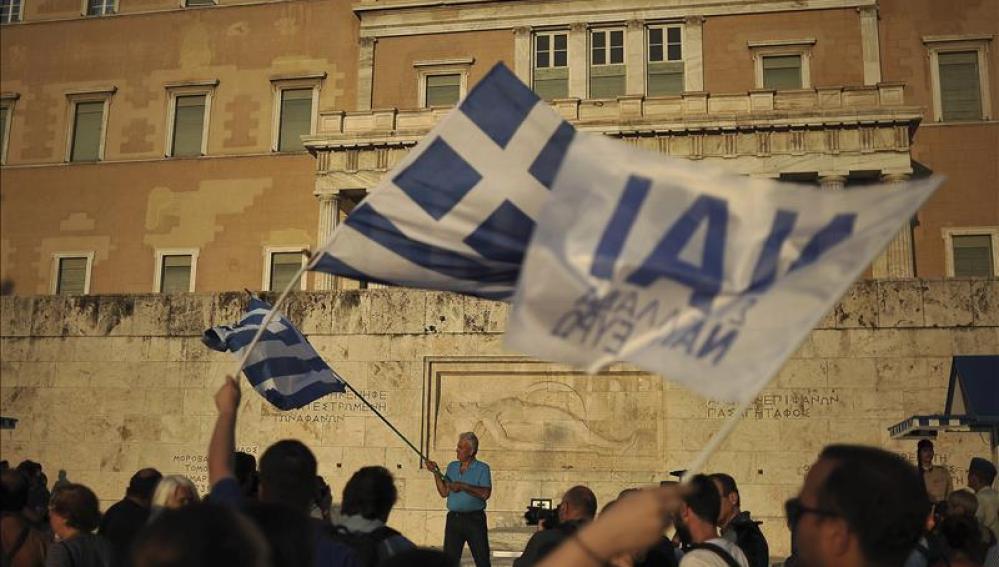 Miles de griegos se manifiestan a favor de un acuerdo y de seguir en el euro
