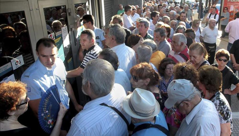 Miles de jubilados griegos hacen colas en los bancos