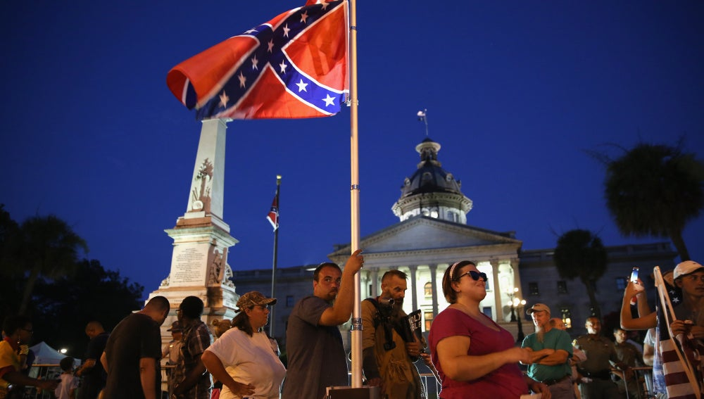 La bandera ha dejado de ondear frente al edificio del Capitolio en Charleston