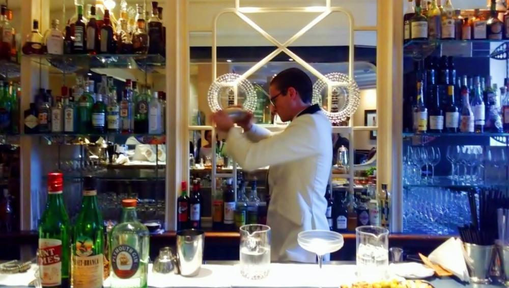 Mezclando con Plymouth Gin en el Savoy Bar.