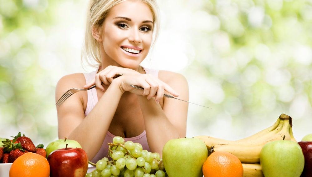 Tomar verduras y frutas mejora la salud.