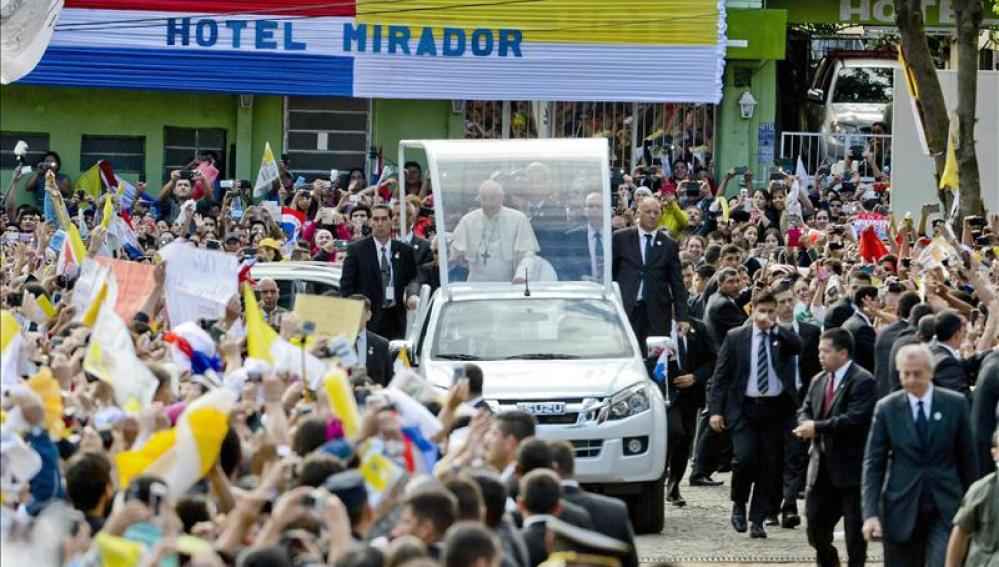 El papa Francisco recibido por una multitud de fieles a su llegada a Paraguay