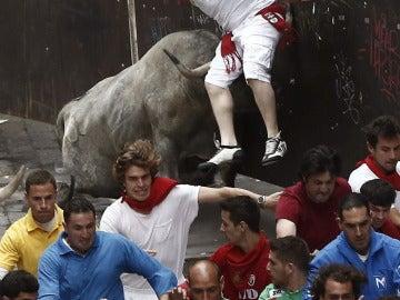 Espectacular cogida en la curva de Mercaderes con un peligroso toro de José Escolar