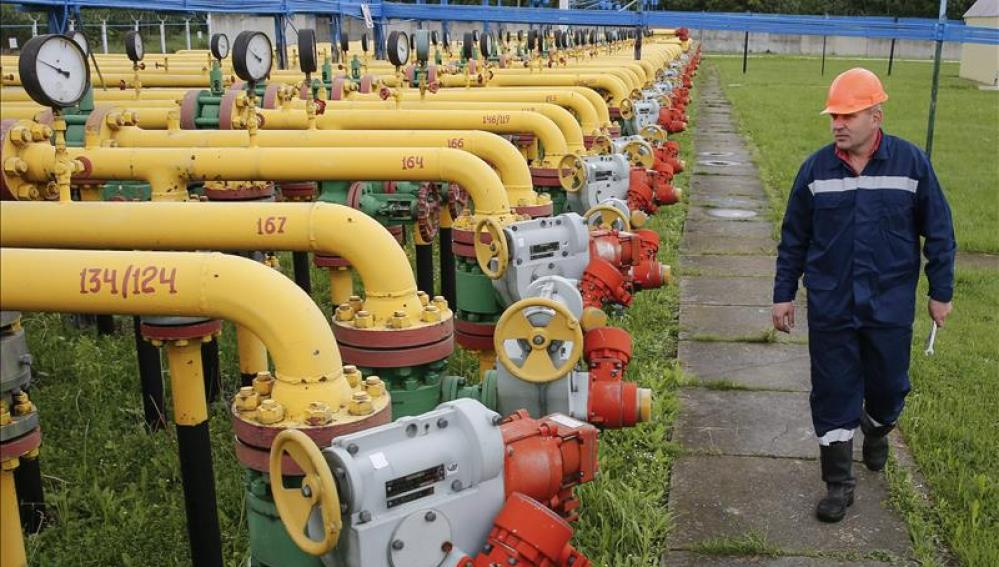 Un operario revisa las instalaciones de una central de almacenaje de gas