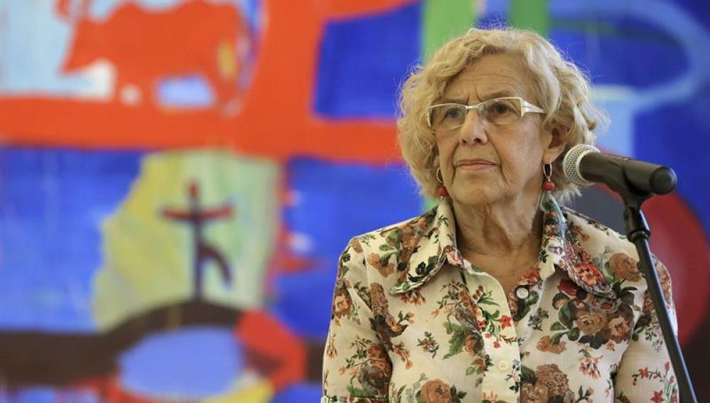 Manuela Carmena durante una breve comparecencia ante los medios de comunicación