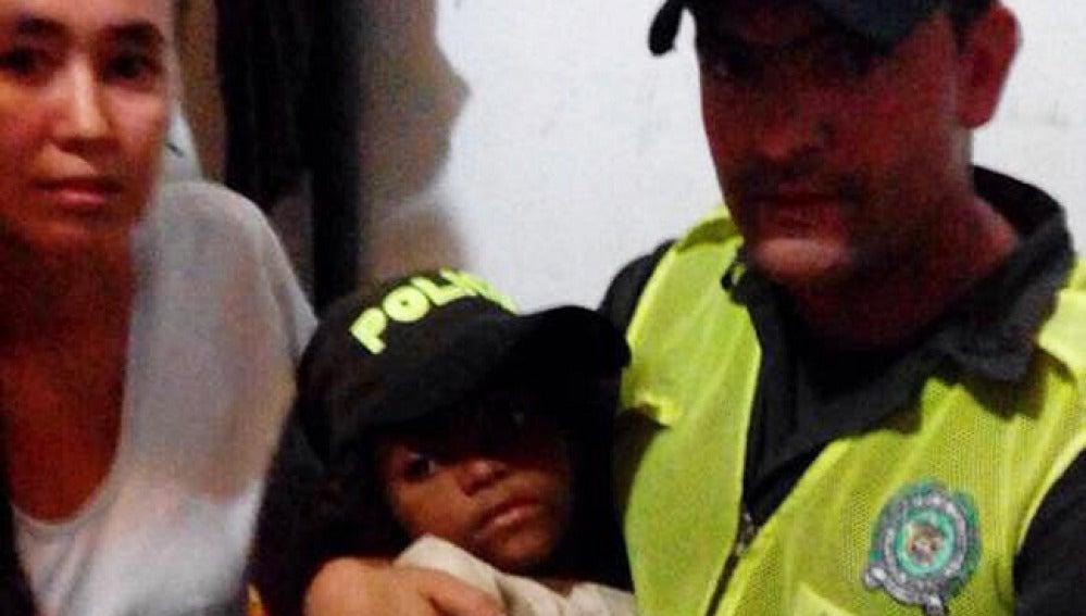 La pequeña después de ser rescatada por las autoridades.