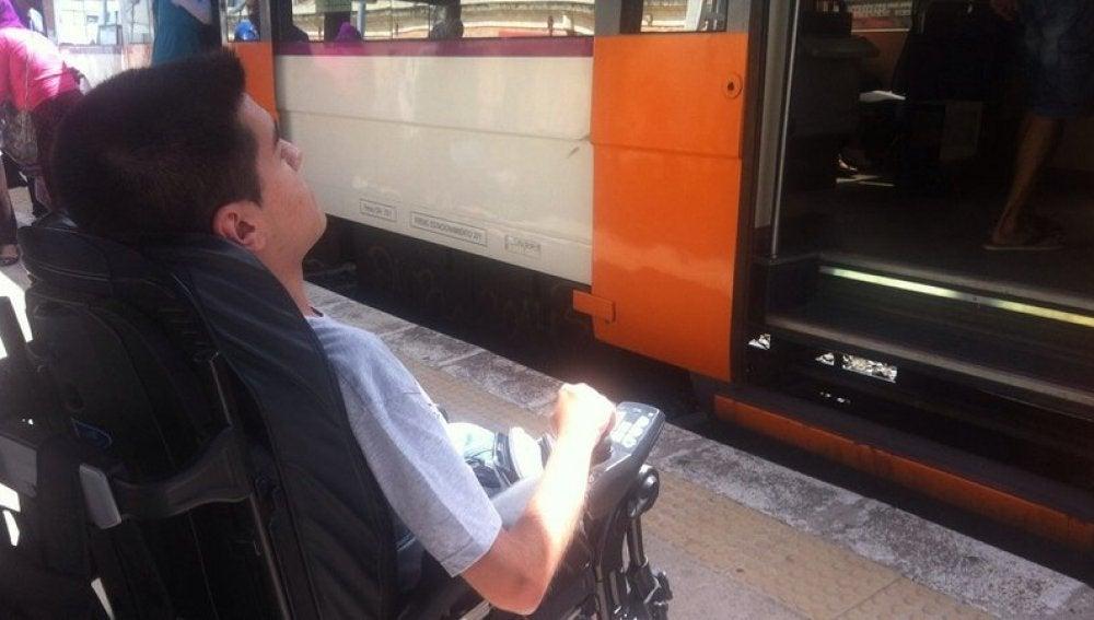 El joven en su silla de ruedas esperando a un tren de Renfe