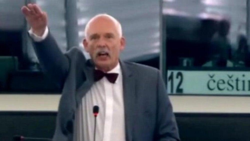 Janusz Korwin-Mikke, en el momento en que realiza el saludo nazi.