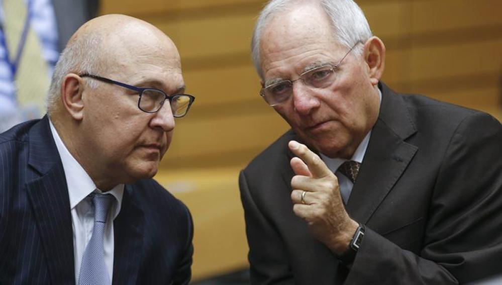 Michel Sapin hablando con ministros de Finanzas del Eurogrupo sobre la crisis griega