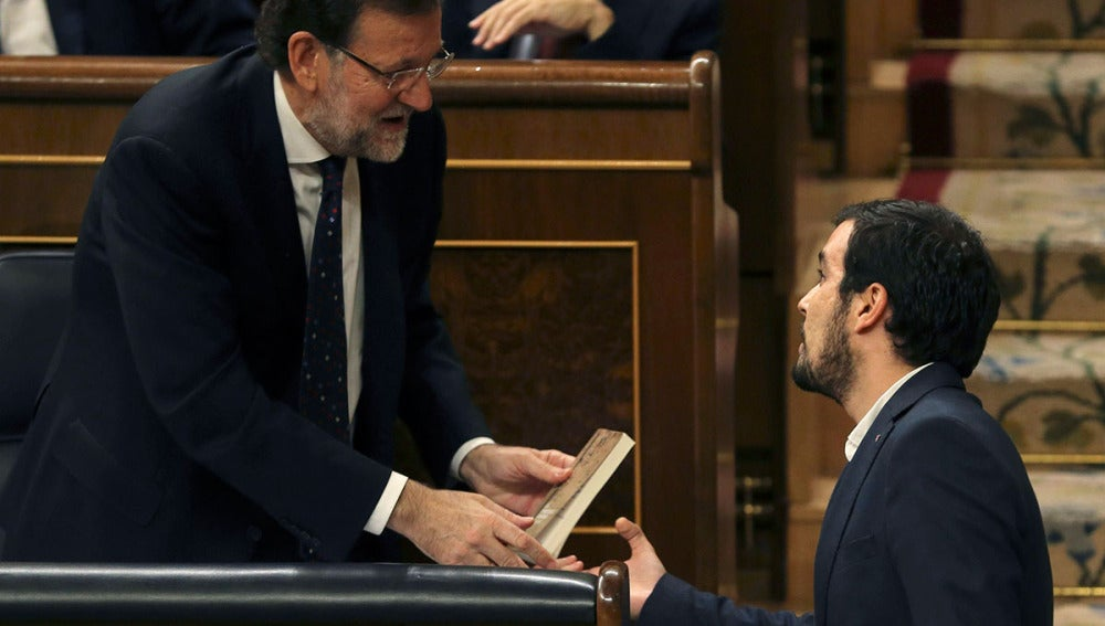 Alberto Garzón regala un libro de Keynes a Rajoy en el Congreso