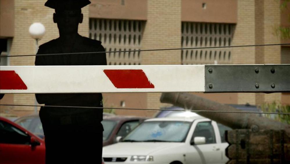Un guardia civil custodia la entrada de la comandancia de Almería.