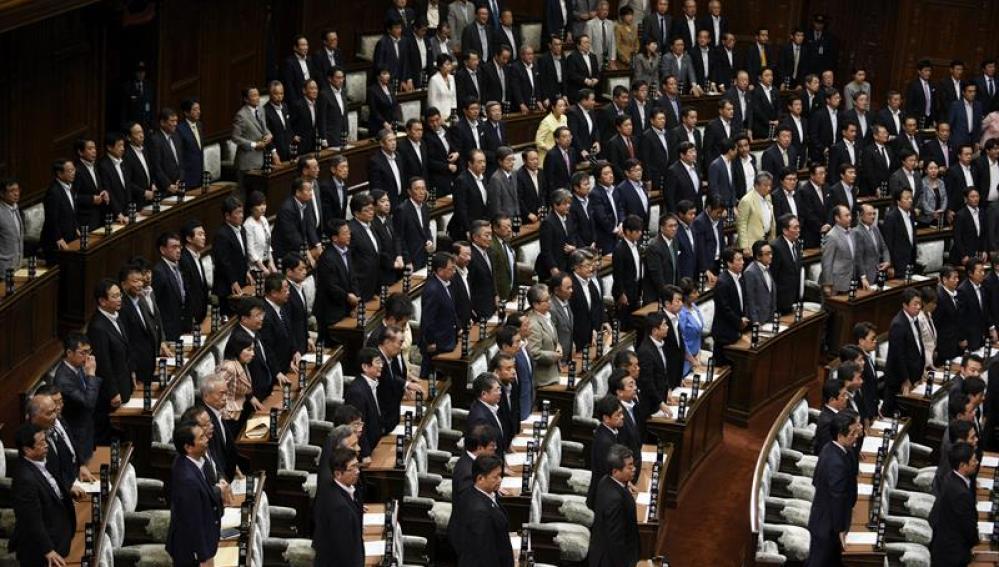 Los diputados nipones mayoritarios se levantan durante la votación de la reforma de las Fuerzas Armadas