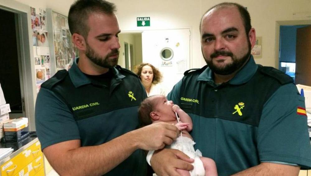 Los dos agentes del instituto armado que han rescatado al recién nacido