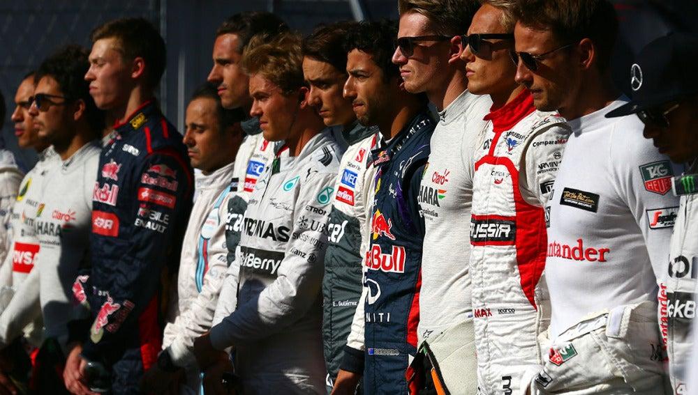 Los pilotos de Fórmula 1 guardan un minuto de silencio en Sukuza tras el accidente de Bianchi