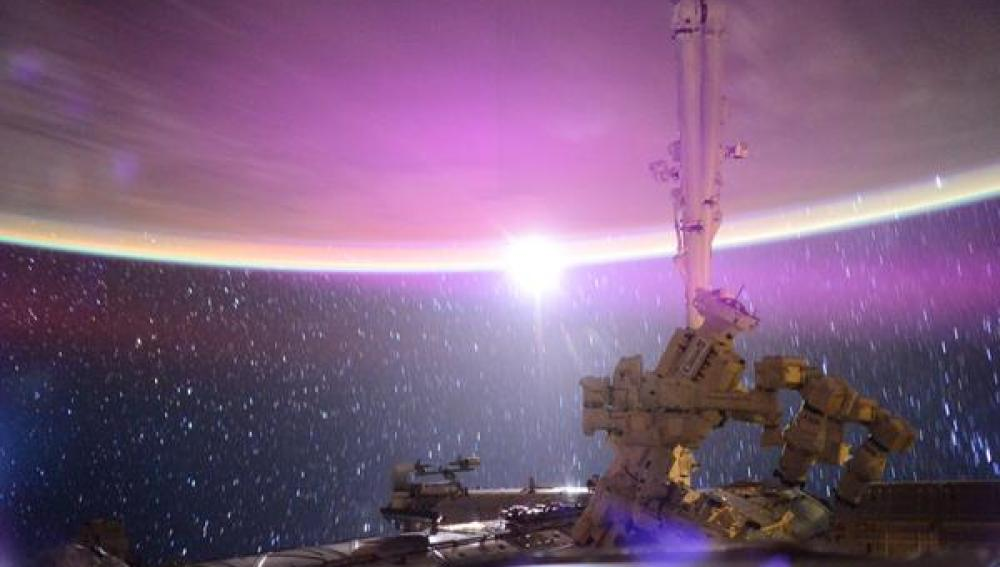 """La luna sobre nosotros"". Así titula el astronauta esta imagen del satélite"