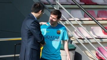Josep María Bartomeu y Leo Messi se dan la mano