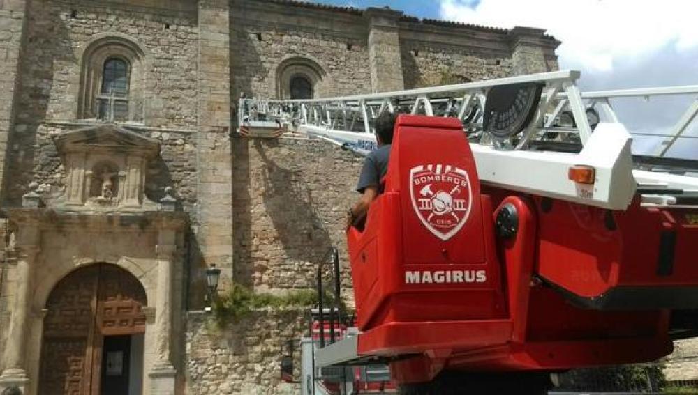 Bomberos colaborando en la retirada del artefacto en la Iglesia Atienza