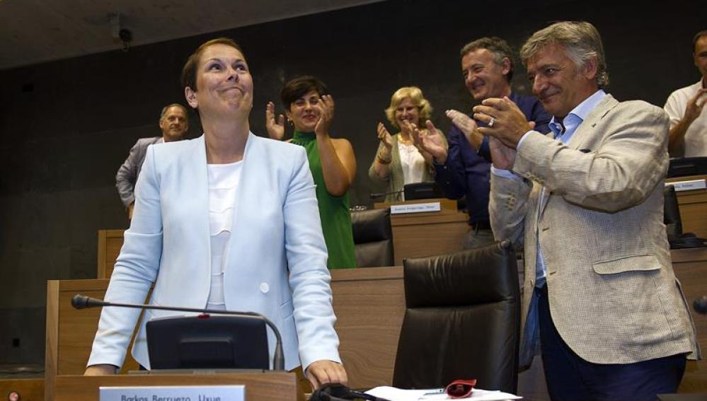 Uxue Barkos es aplaudida tras ser elegida presidenta del Gobierno de Navarra.