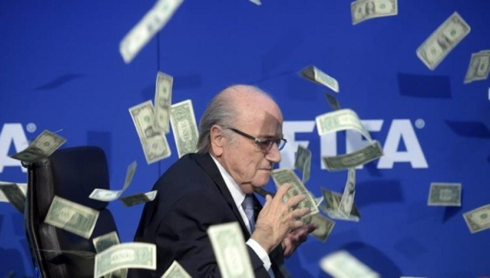 Un humorista lanza billetes a Blatter