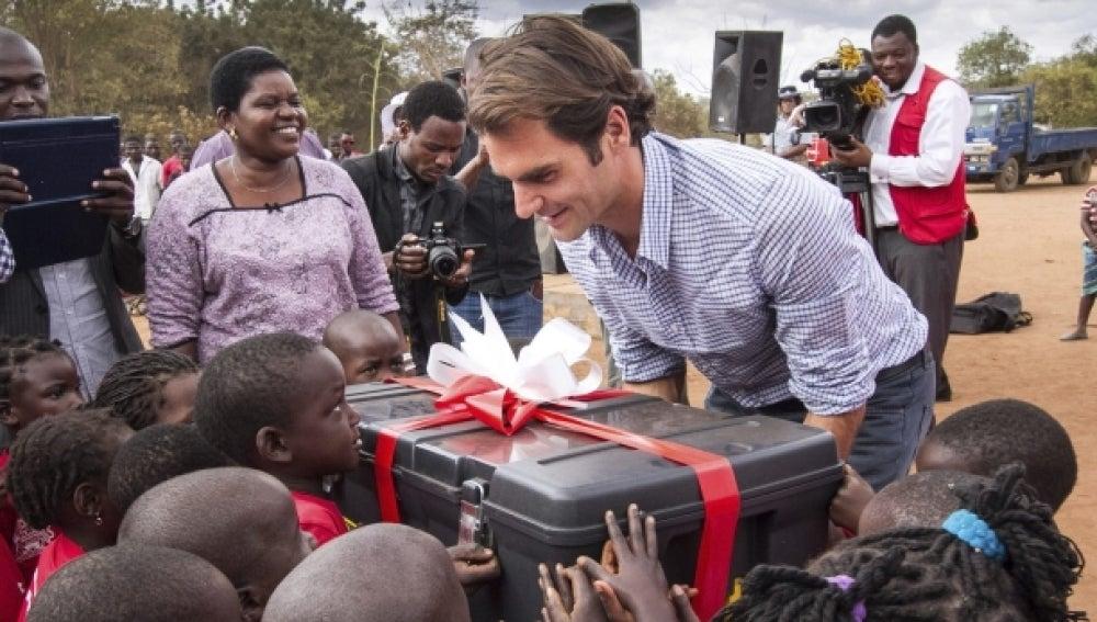 Roger Federer da un 'revés' a la pobreza en Malawi