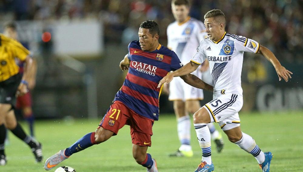 Nacho Maganto presiona a Adriano Correia en el LA Galaxy-FC Barcelona