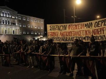 Manifestantes griegos en la plaza Syntagma protestan contra el paquete de reformas