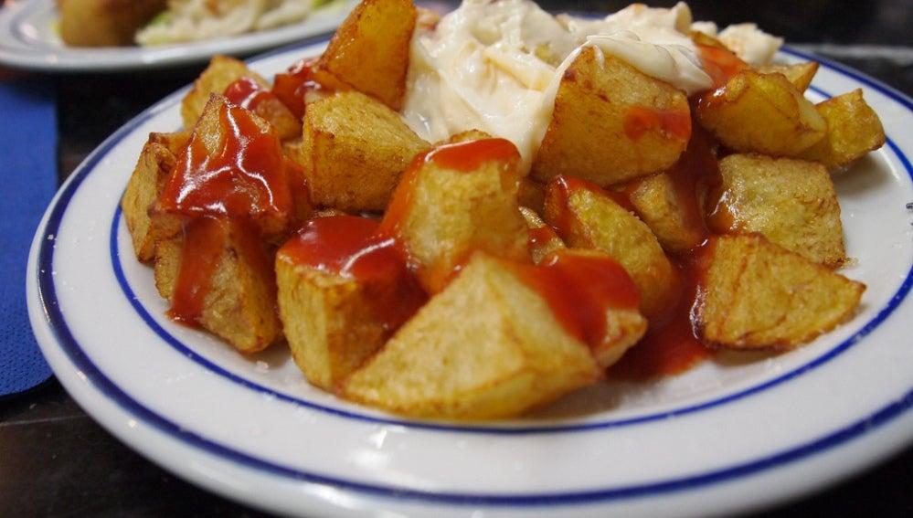 Un plato de patatas bravas
