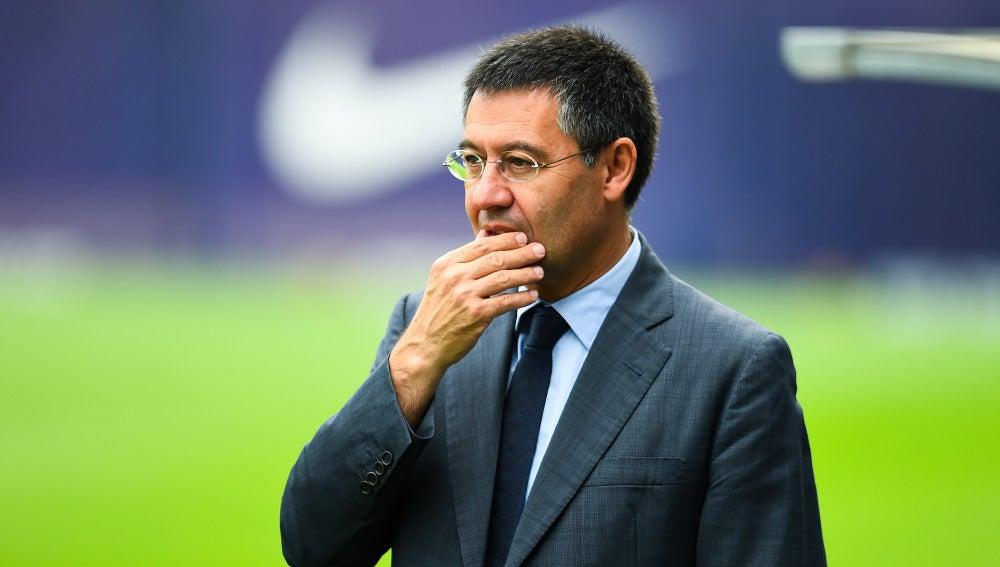 Bartomeu, pensativo durante un entrenamiento del Barça