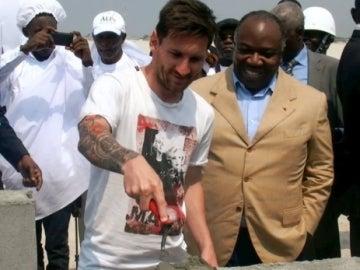 Leo Messi, durante su visita a Gabón