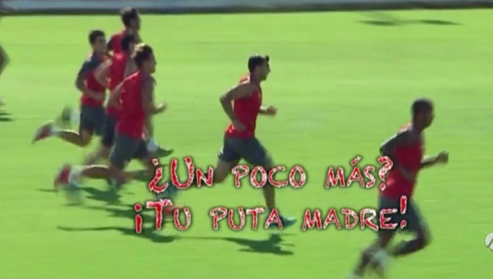 Reyes responde a un aficionado durante un entrenamiento