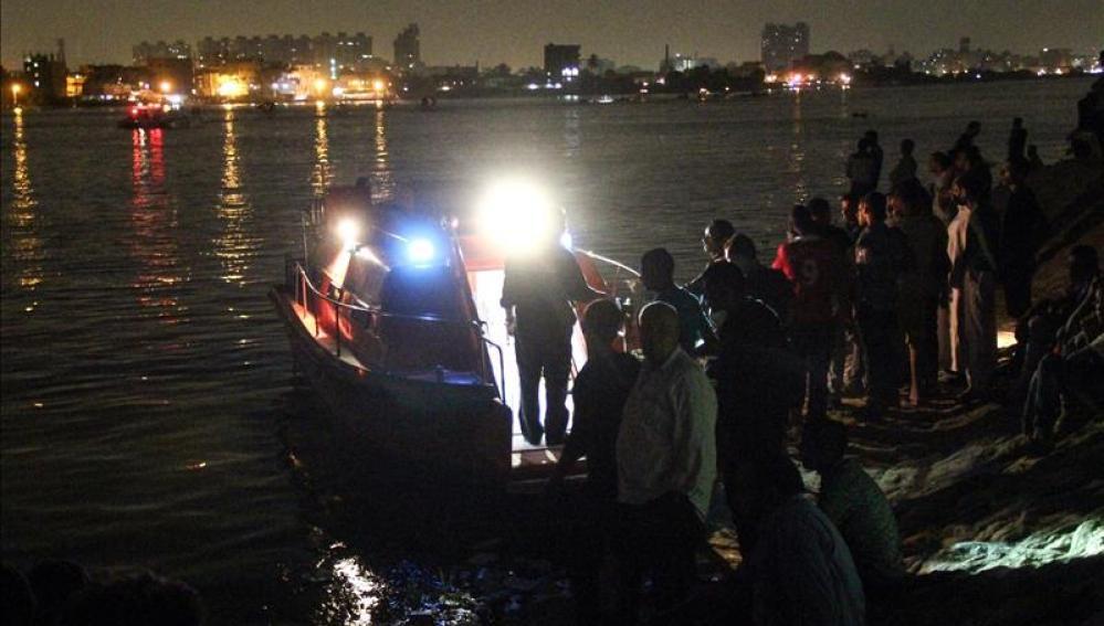 Un grupo de personas participa en las labores de rescate