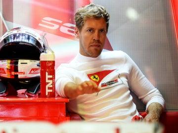 Vettel espera en su garaje