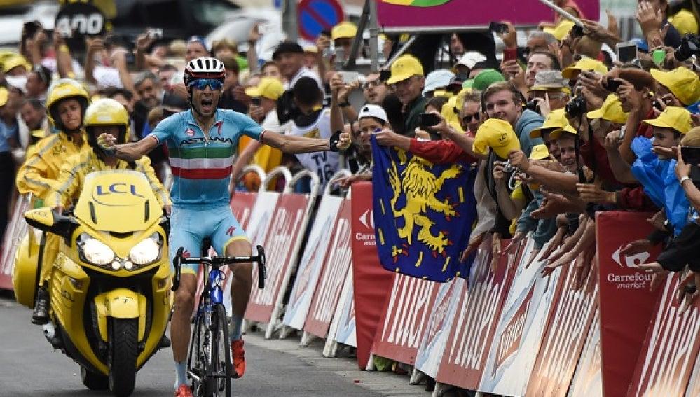 Nibali celebra su victoria en la 19ª etapa del Tour