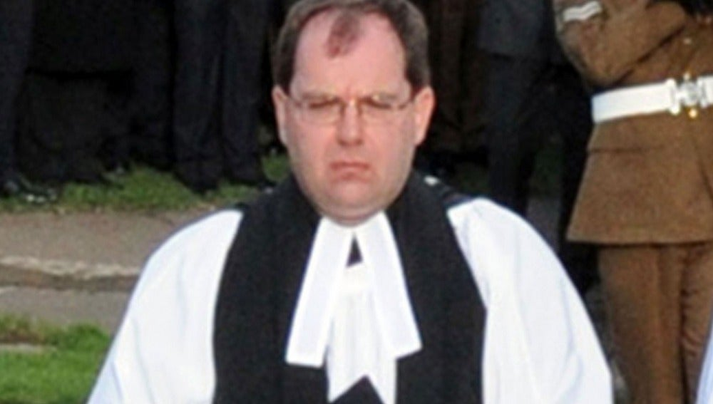 Simon Reynolds durante un oficio religioso