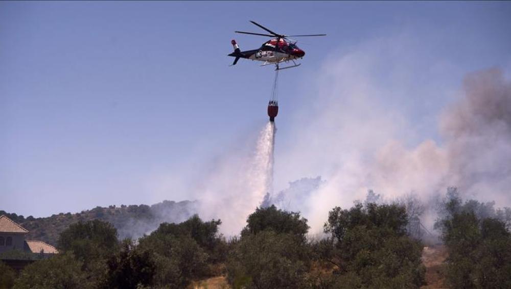 Un avion contra incendios hace una descarga sobre el fuego