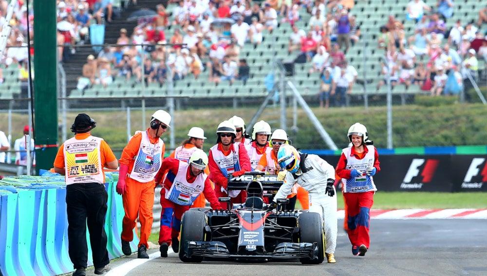 Alonso empuja su McLaren