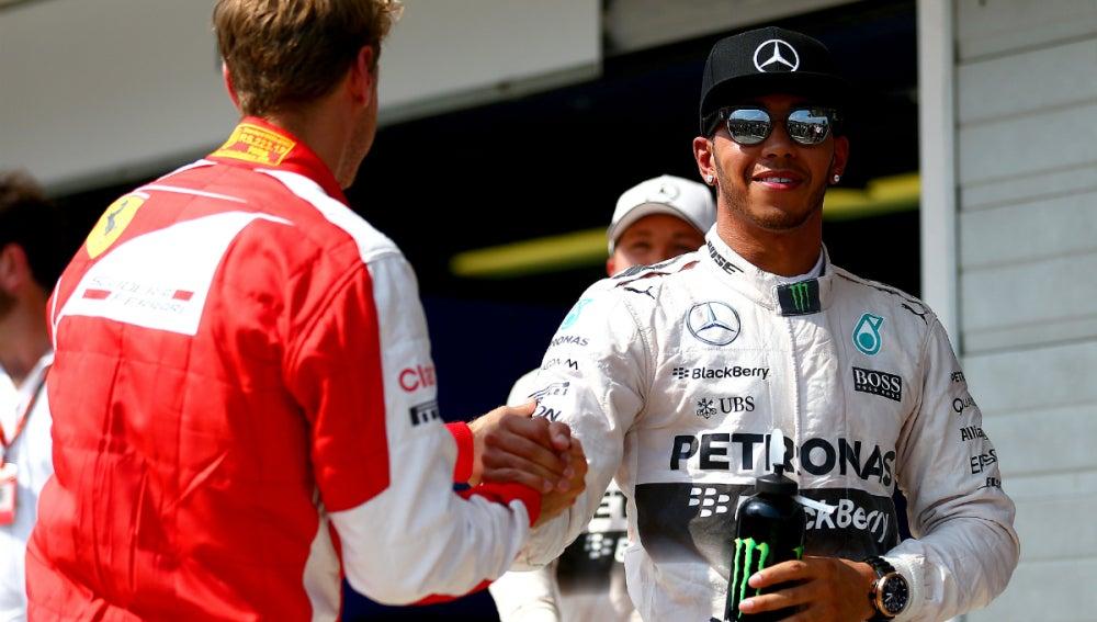 Hamilton saluda a Vettel con Rosberg detrás
