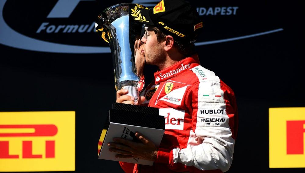 Vettel besa la copa de Hungría