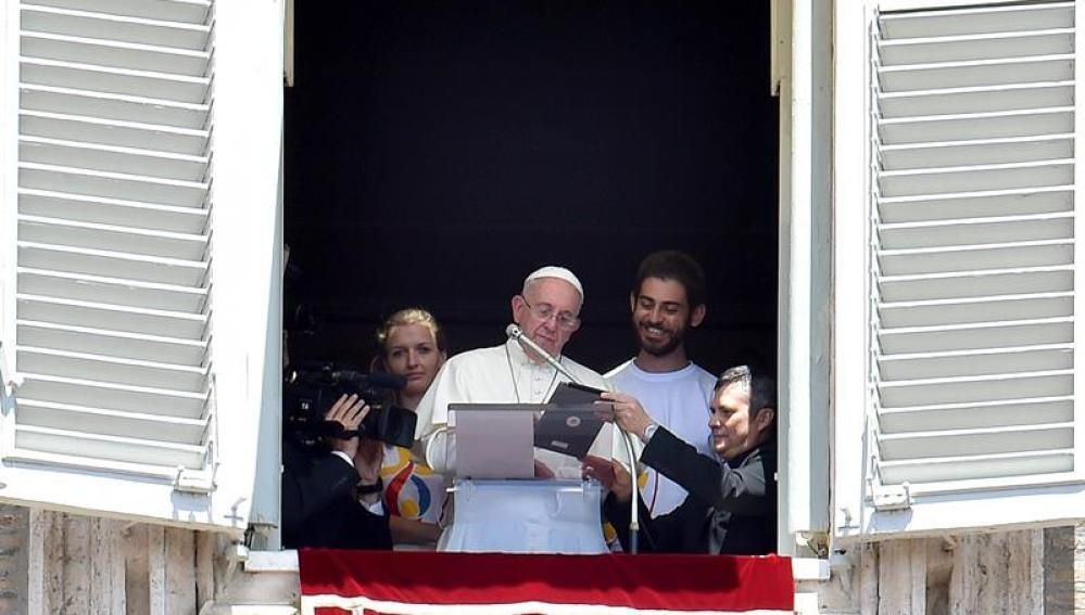 El Papa Francisco, mientras se inscribe con la tableta a la Jornada Mundial de la Juventud
