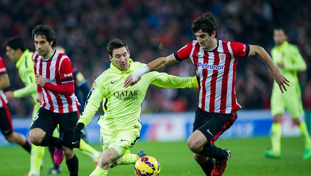 San José protege el balón ante la presión de Leo Messi