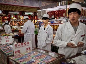 Trabajadores chinos en una tienda de comestibles