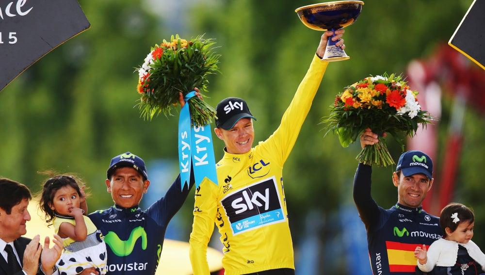 Chris Froome en el podio de París junto con Quintana y Valverde