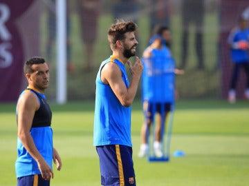 Piqué y Pedro, durante un entrenamiento con el Barça
