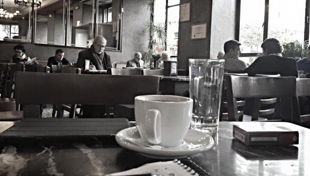 Tazas, gente leyendo... estampa habitual en el Café Comercial