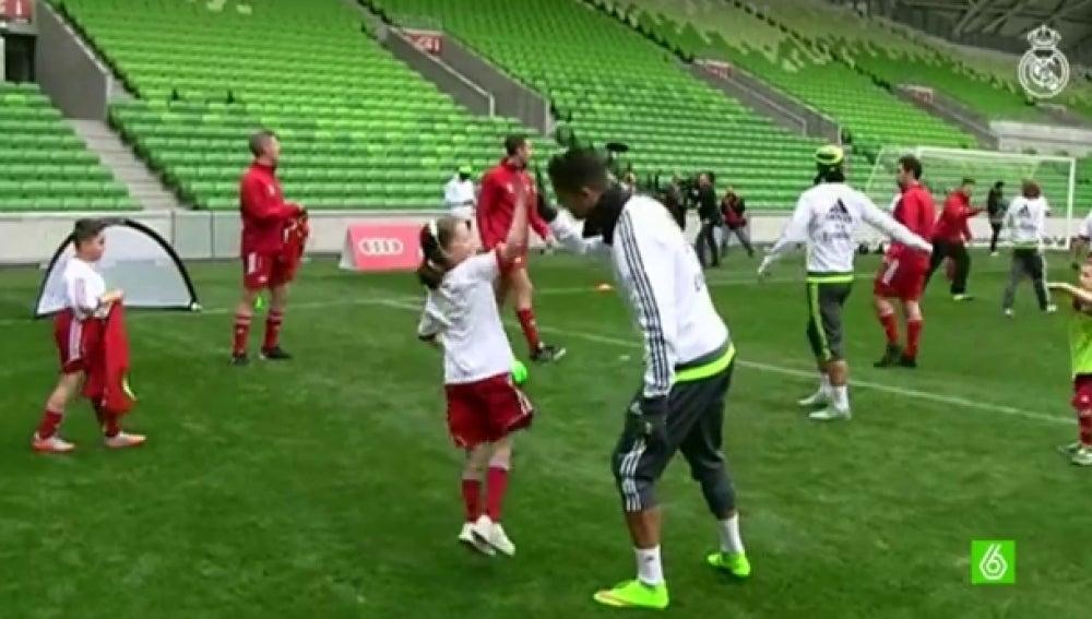 El Madrid entrena con varios niños